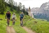 Mountainbiker an der Kapelle